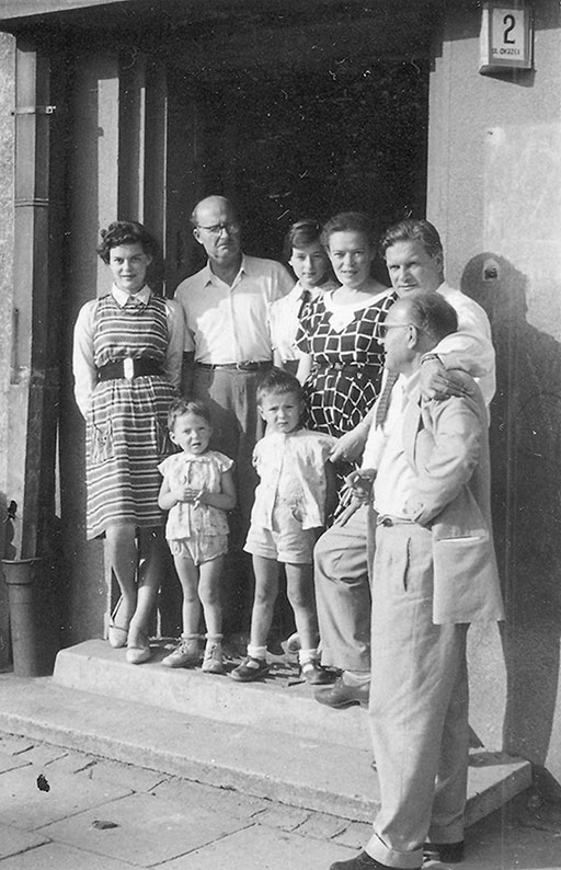 The Siwiec family (from the left: Innocenta, Mariusz, Ryszard, Adam, Elżbieta, Maria) with friends (a 303 Squadron pilot Witold Łukociewski and Mariusz Maciebach) before entering the tenement house in Przemyśl, where the family lived, June 1961
