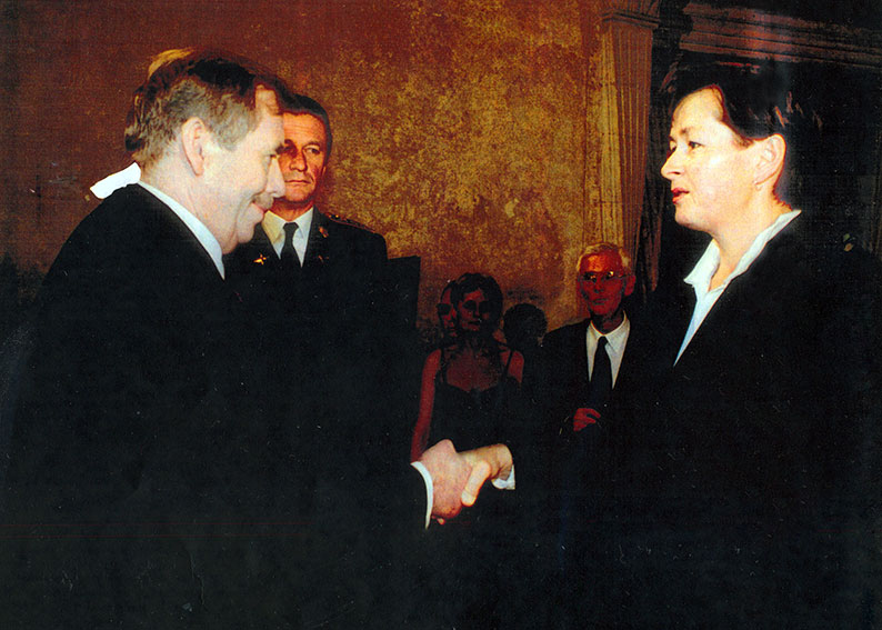 Czech president Václav Havel gives Elżbieta Siwiec-Szabada the Tomáš Garrigue Masaryk Order which her father was decorated with posthumously, 28th September 2001